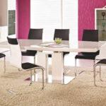 Zjawiskowy i Klasyczny. Biały stół w krzesłami.