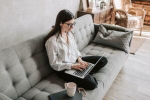Kobieta tworząca mail oficjalny